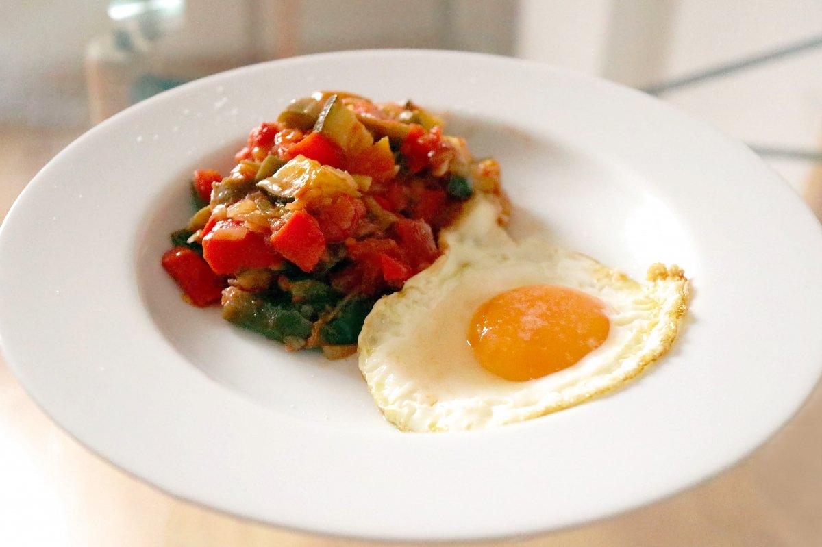 Plato presentado de pisto y huevo