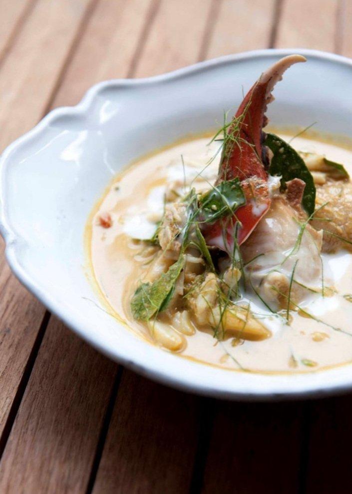 Plato tailandés del restaurante Nahm hecho con marisco