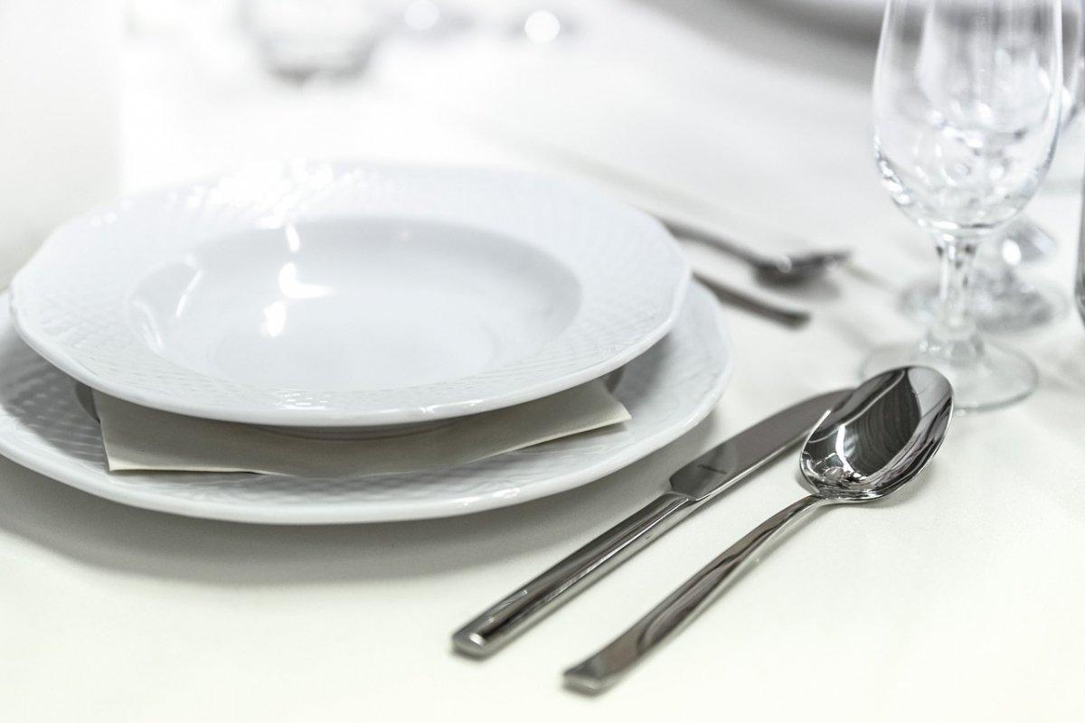 Plato y cubiertos en un banquete
