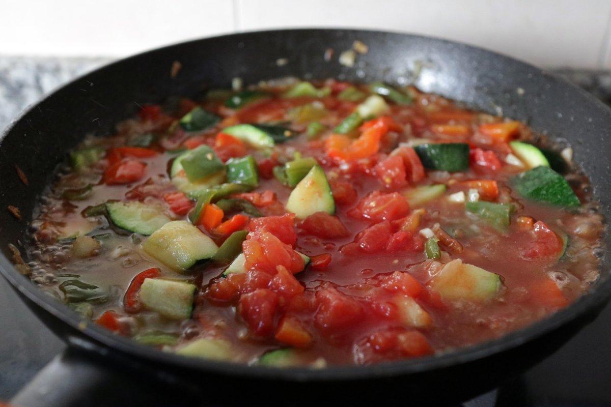 Pochando los vegetales con el tomate