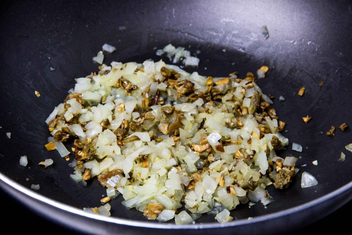 Pochar cebolla y boletus para el relleno de las cestitas de ternera con boletus