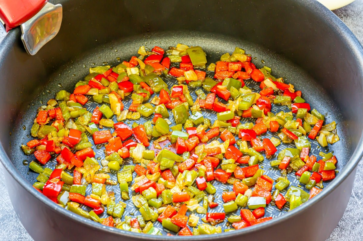 Pochar la cebolla con los pimientos *