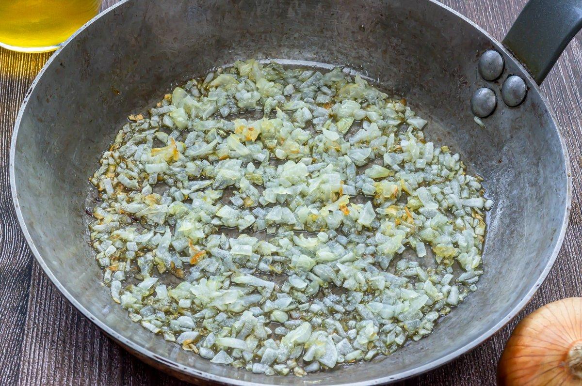 Pochar la cebolla para la masa de albóndigas de pollo