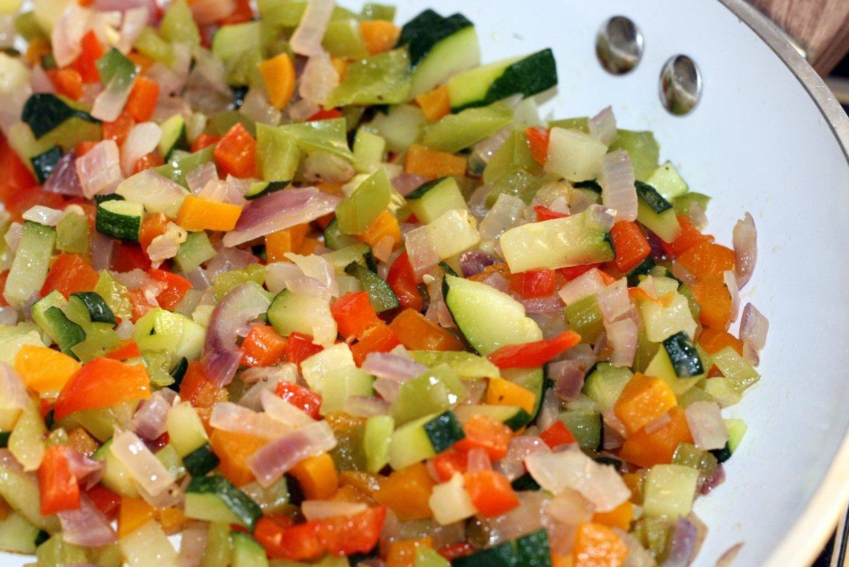 Pochar las verduras en una sartén