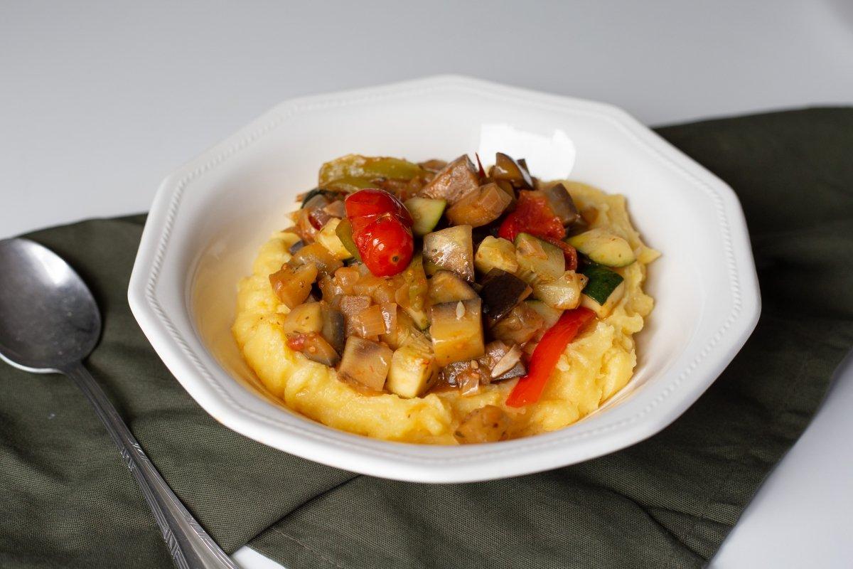 Polenta con verduras y queso