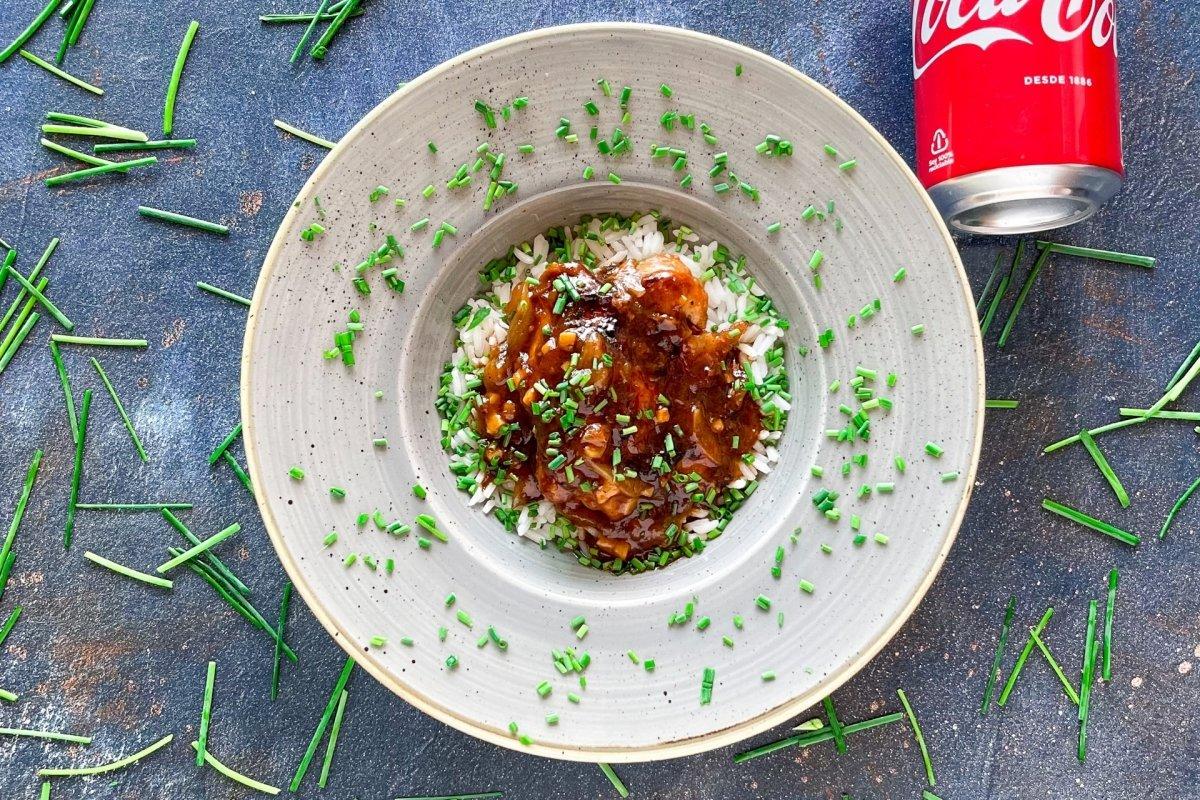 Pollo a la coca cola acompañado de arroz y cebollino