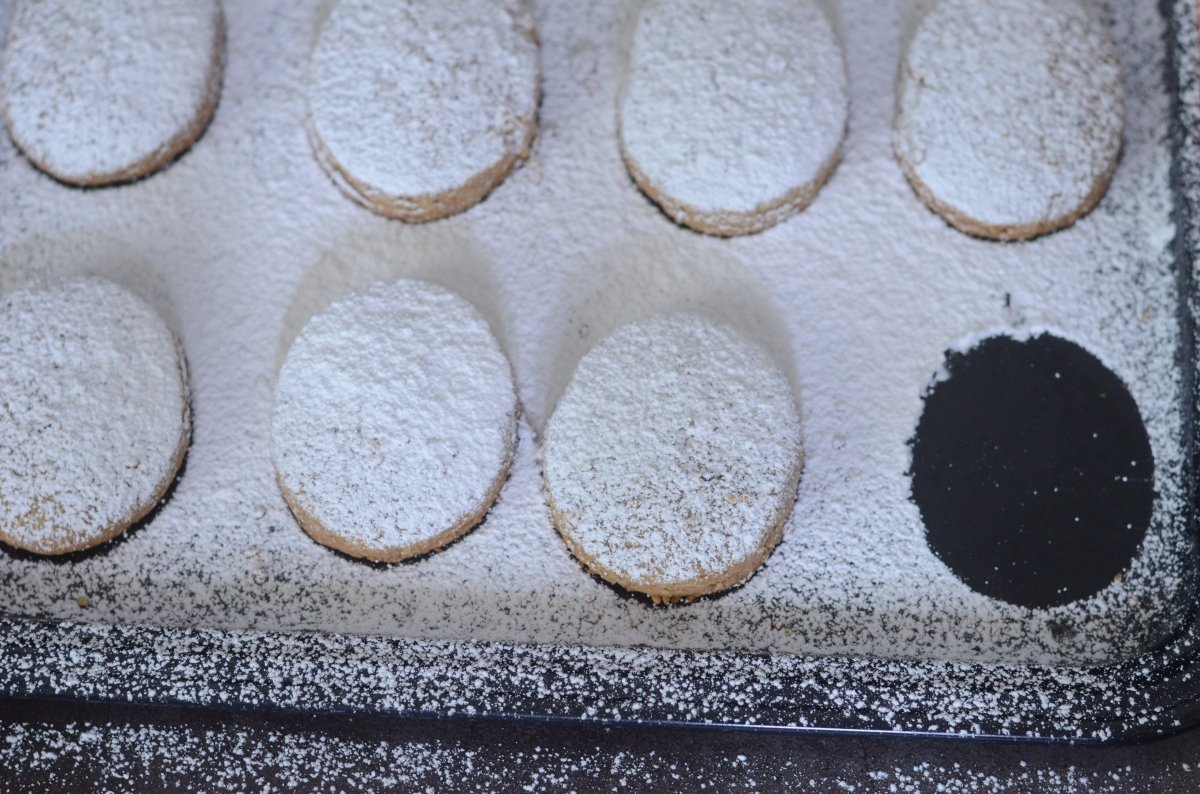 Polvorones de almendra con forma ovalada
