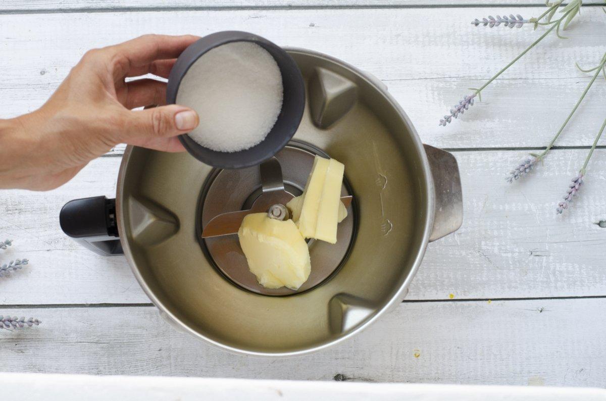 Ponemos el azúcar y el huevo para amasar las galletas