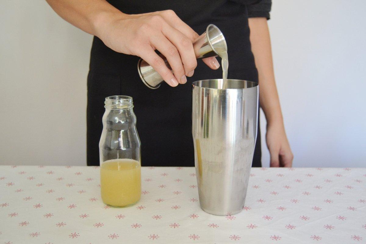 Poner el jugo de lima para la mezcla