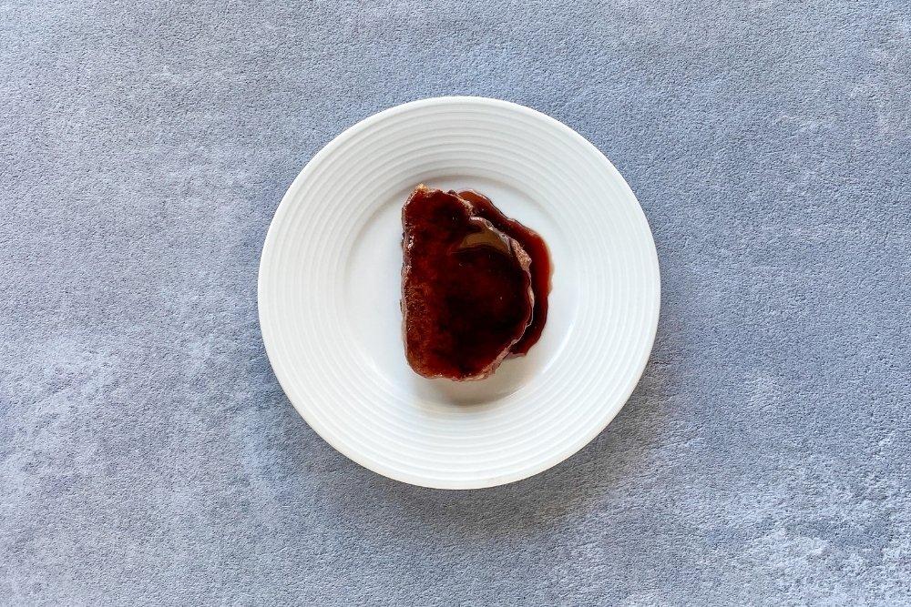 Poner el solomillo en el plato y añadir una cucharada de reducción de vino tinto por encima