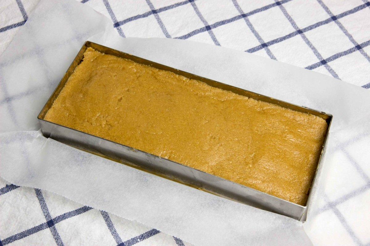 Poner la mezcla en el molde para formar el turrón