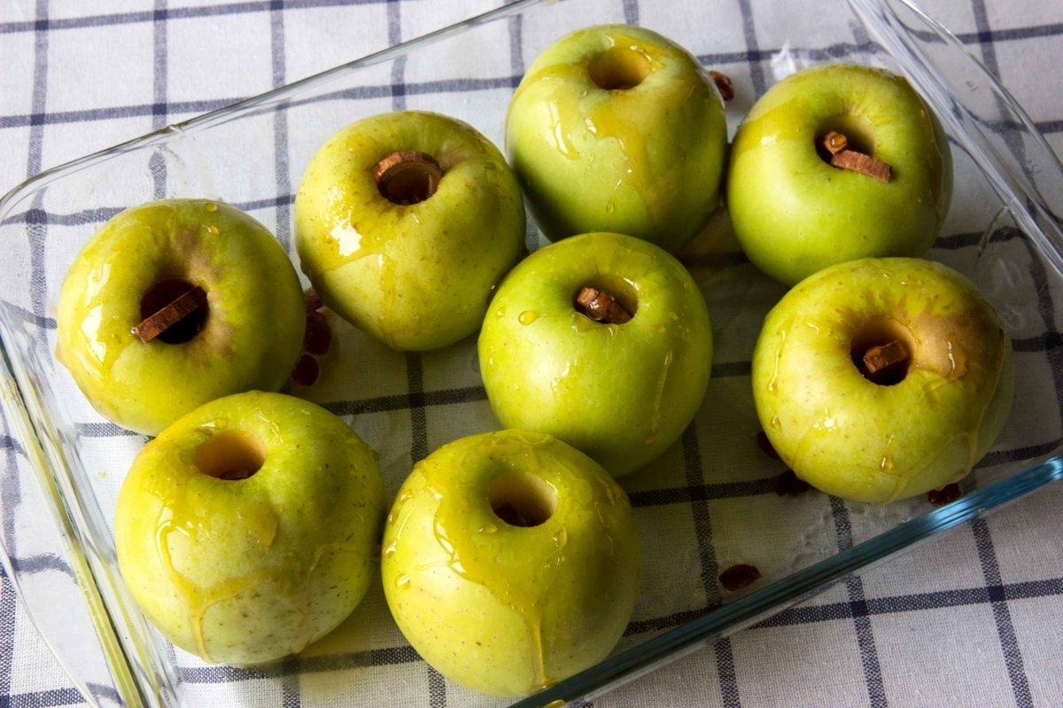 Poner las manzanas con los ingredientes en una bandeja de horno