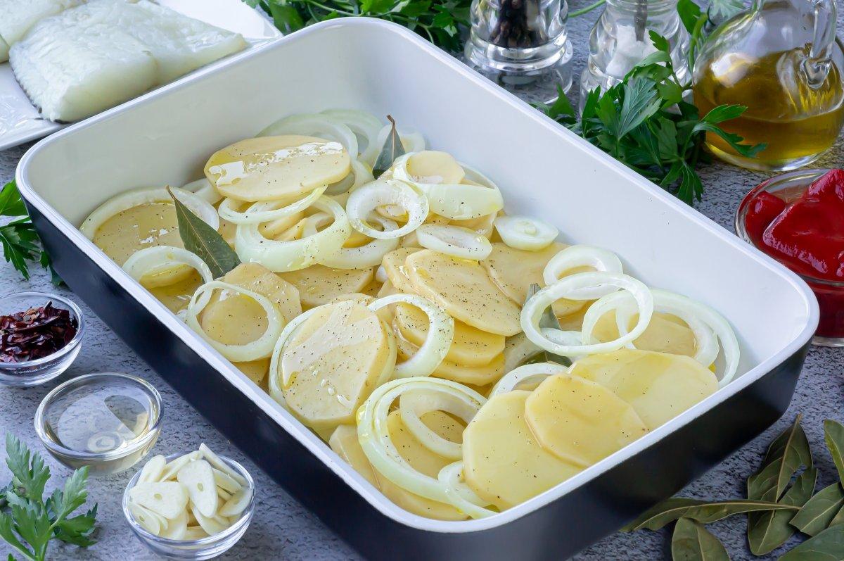 Poner las patatas y cebolla en una fuente