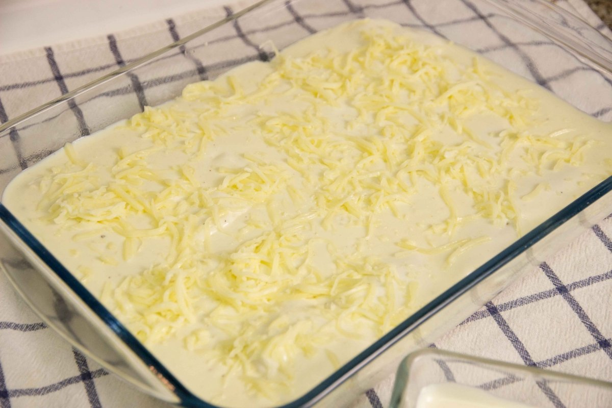 Poner queso a los canelones para gratinar