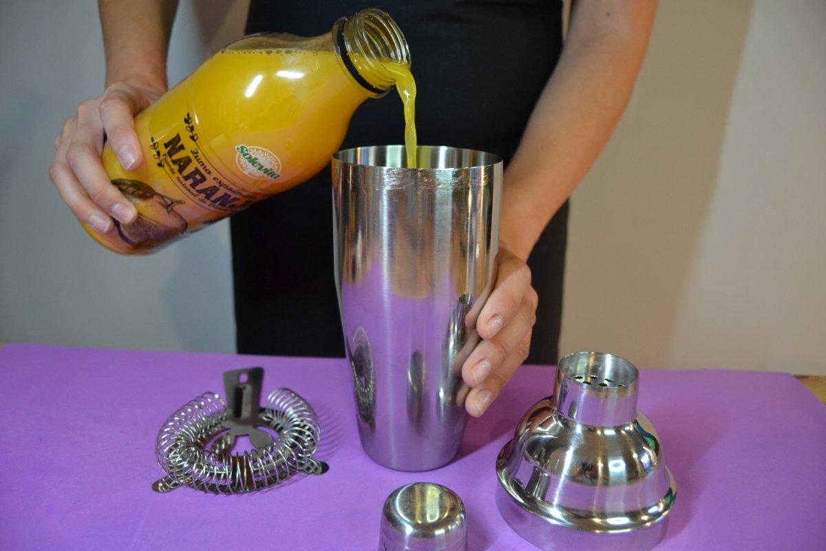 Por último añadimos los zumos de naranja y piña respectivamente