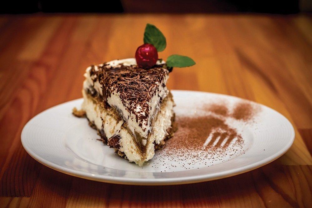 Porción de tarta tiramisú