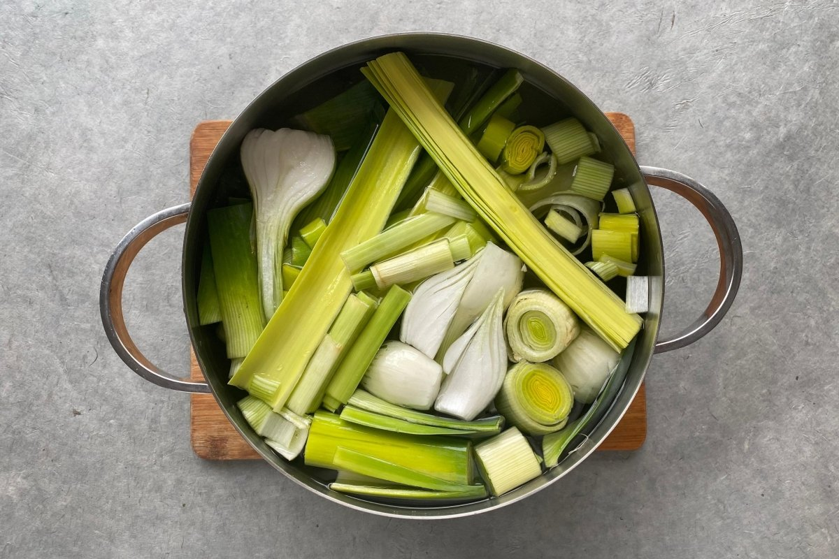 Preparación caldo para la vichyssoise de manzana, pera y apio