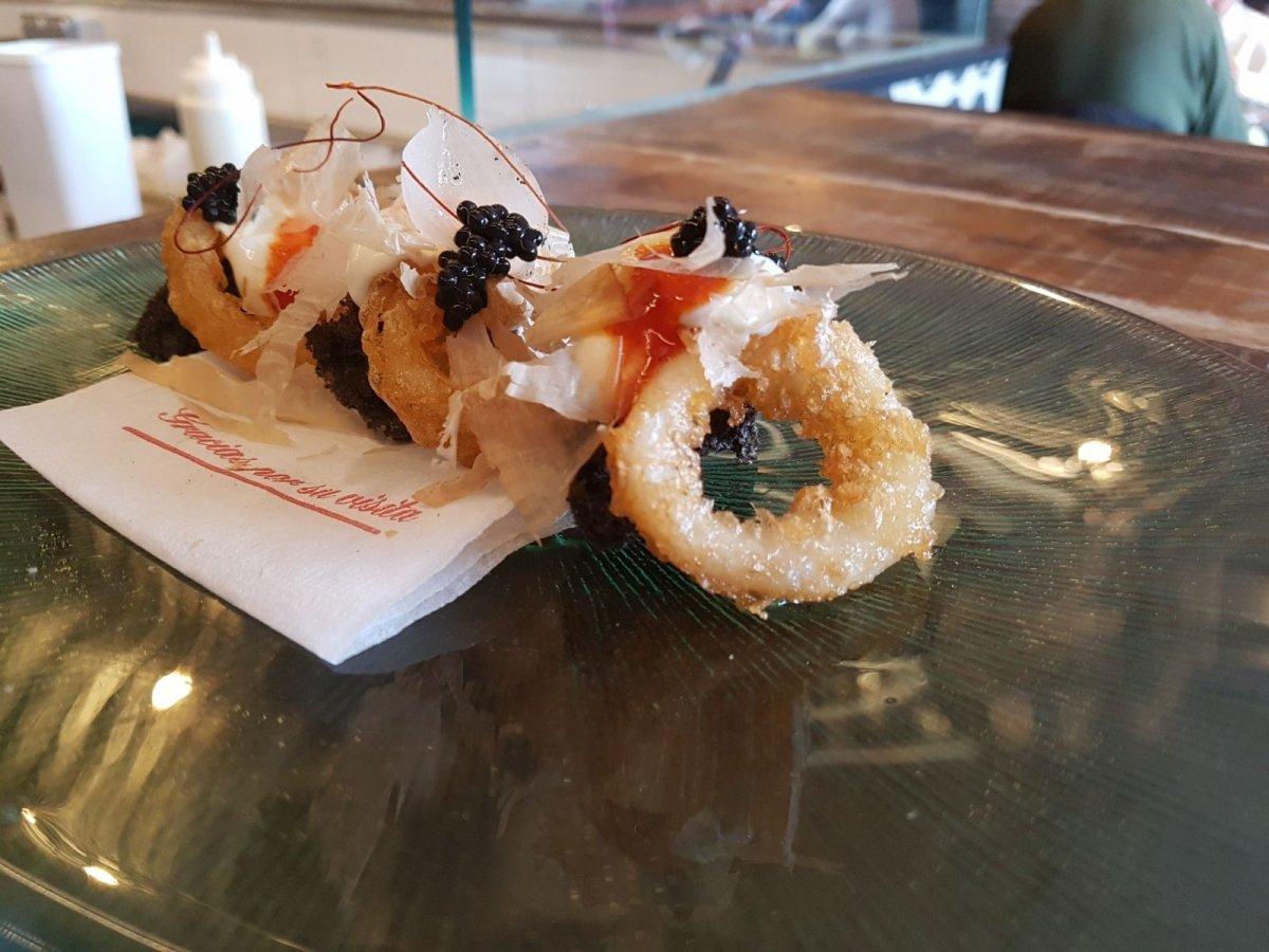 Preparación con calamares fritos en Raíces