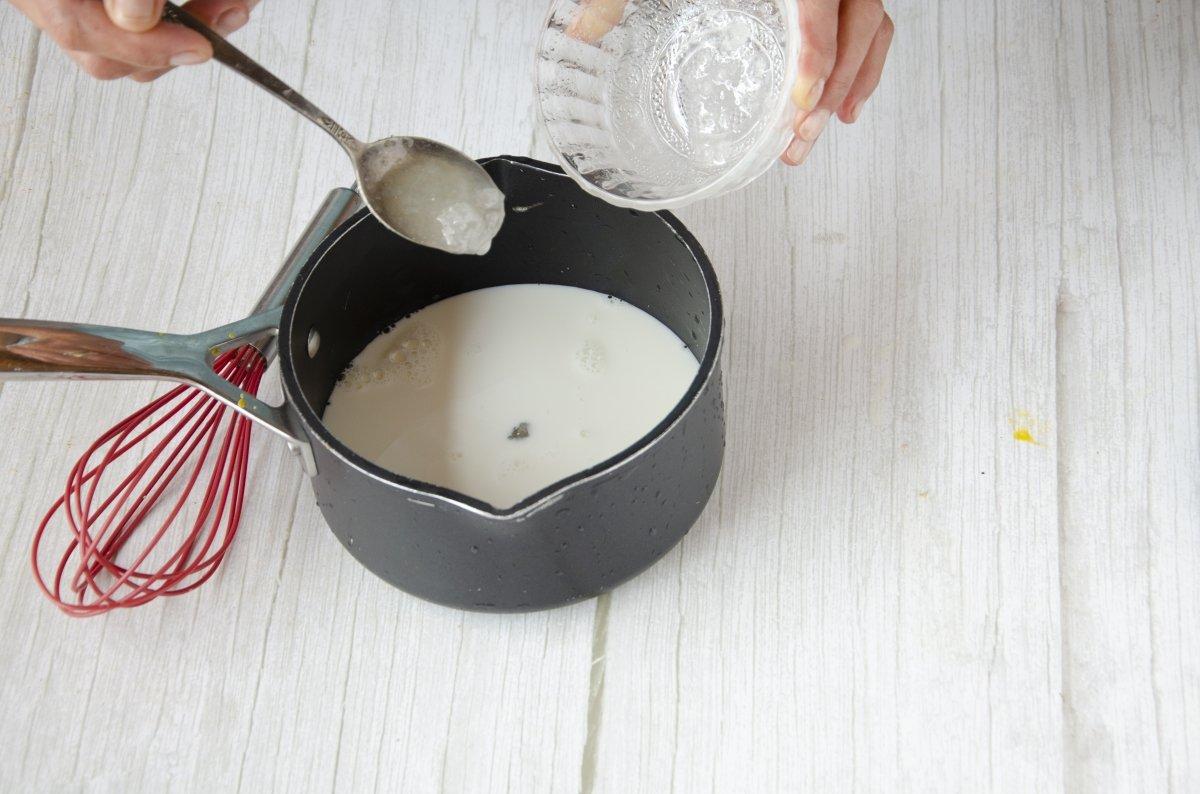 Preparando la leche para el helado de chocolate