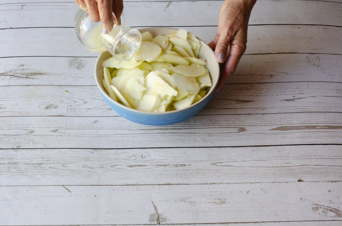 Preparando las manzanas del apple pie