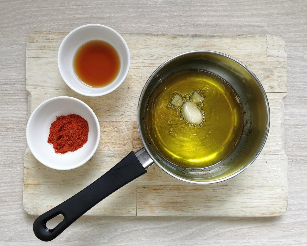 Preparar el ajoarriero sofriendo un diente de ajo en aceite de oliva virgen extra