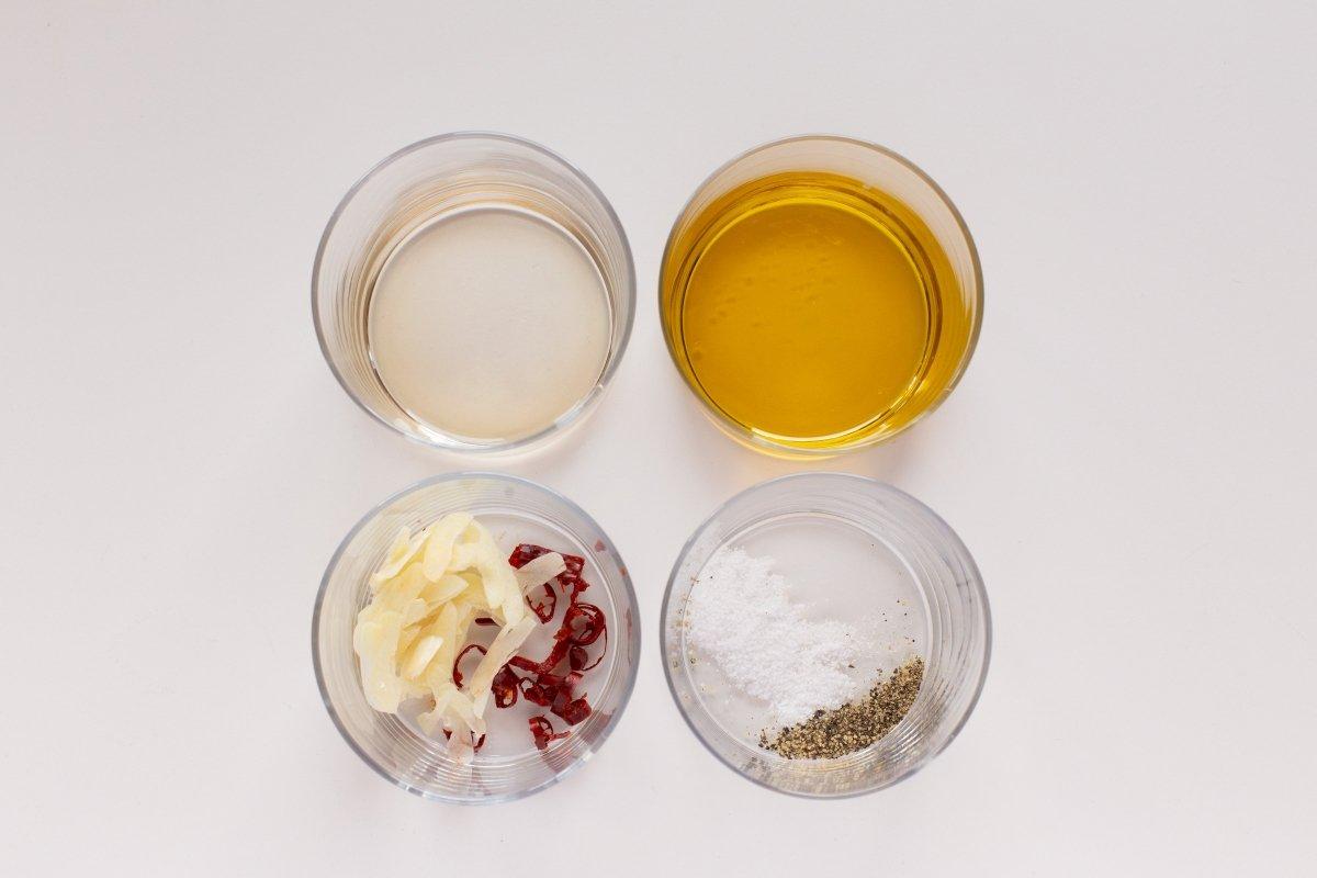 Preparar el aliño con guindilla y ajo