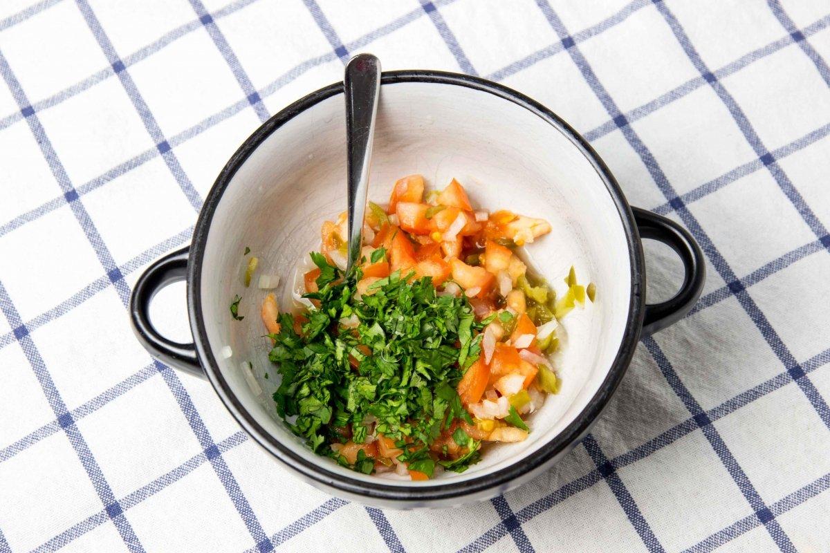 Preparar la salsa de pico de gallo para las quesadillas de pollo