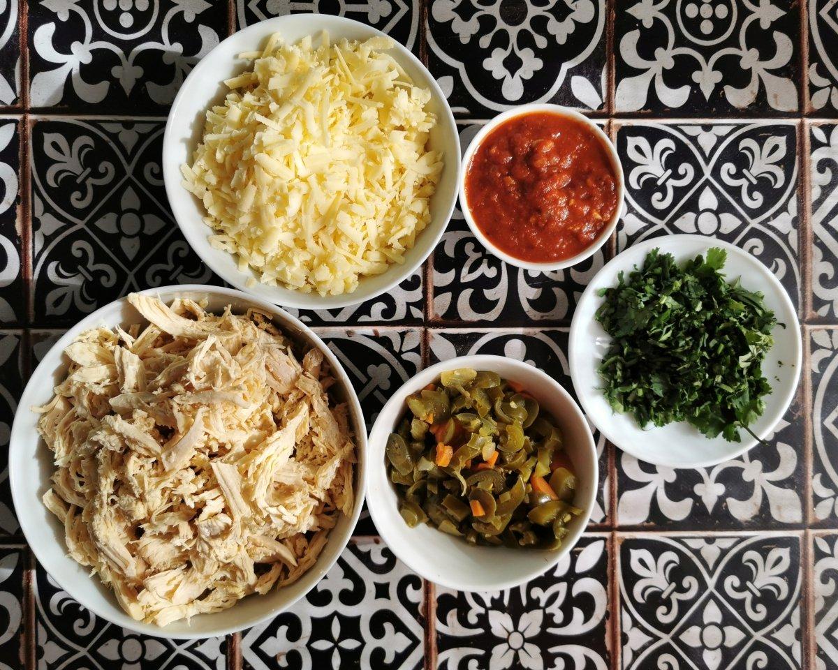 Preparar los ingredientes para el relleno de las enchiladas