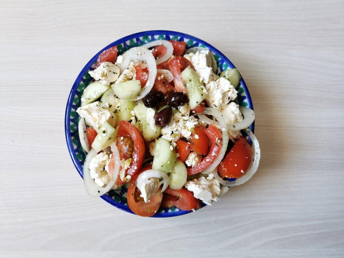 presentación de la ensalada griega