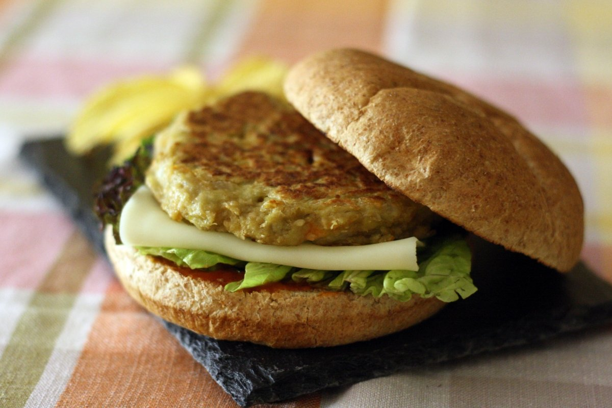 Presentación de la hamburguesa de berenjena
