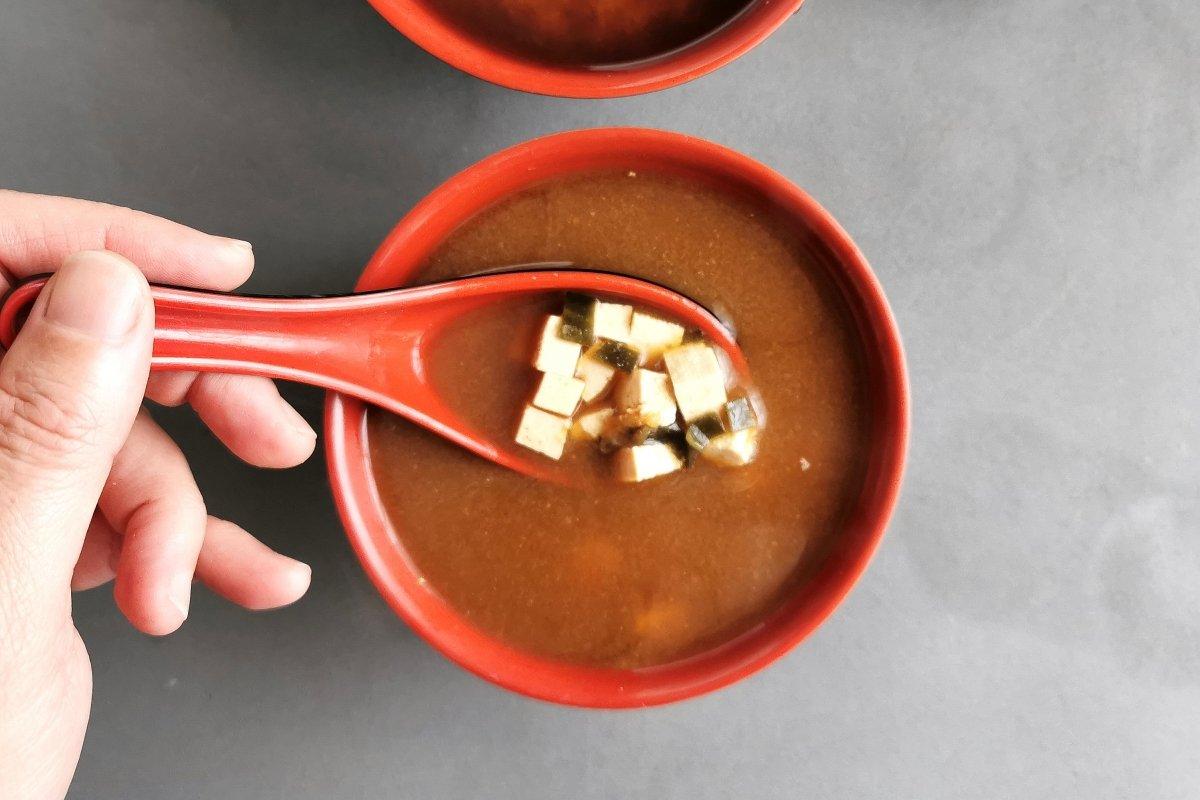 Presentación de la sopa de miso con tofu