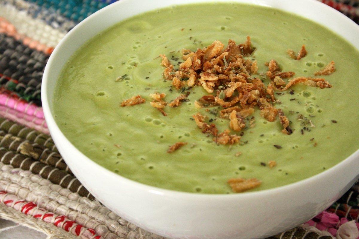 Presentación de la sopa fría de aguacate