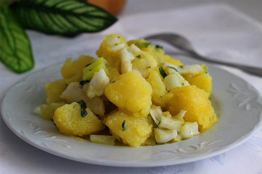 Presentación de las patatas aliñadas con bacalao