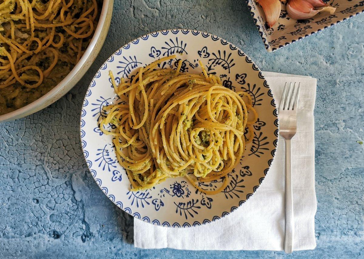 Presentación de los Espaguetis con brócoli, anchoas y guindilla