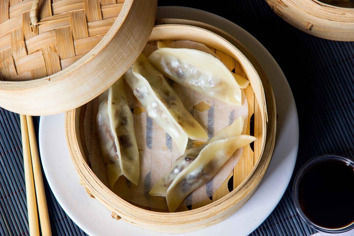 Presentación empanadillas de costilla de cerdo con salsa hoisin