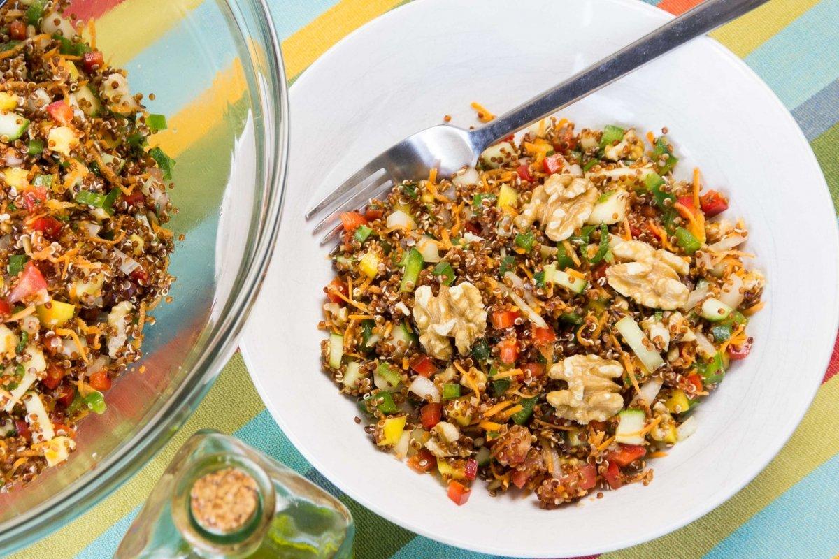 Presentación final de la ensalada fresca de quinoa