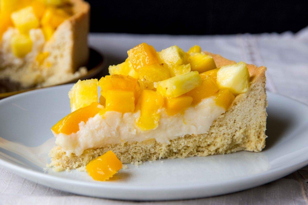Presentación final de la tarta de mango y piña