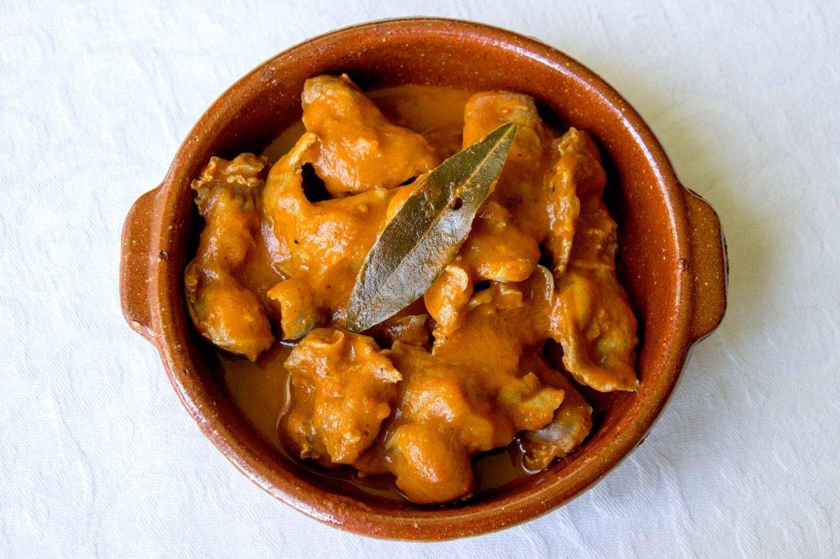 Presentación final de las mollejas de pollo en salsa