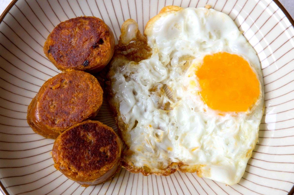 Presentación final de los huevos fritos con farinato