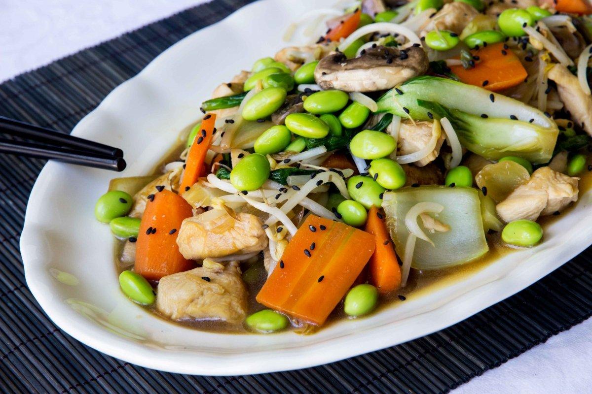 Presentación final del chop suey de pollo