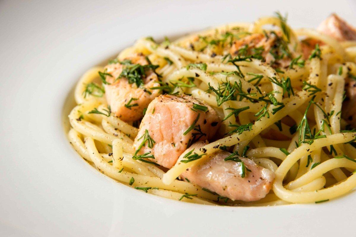 Presentación final del los espaguetis con salmón