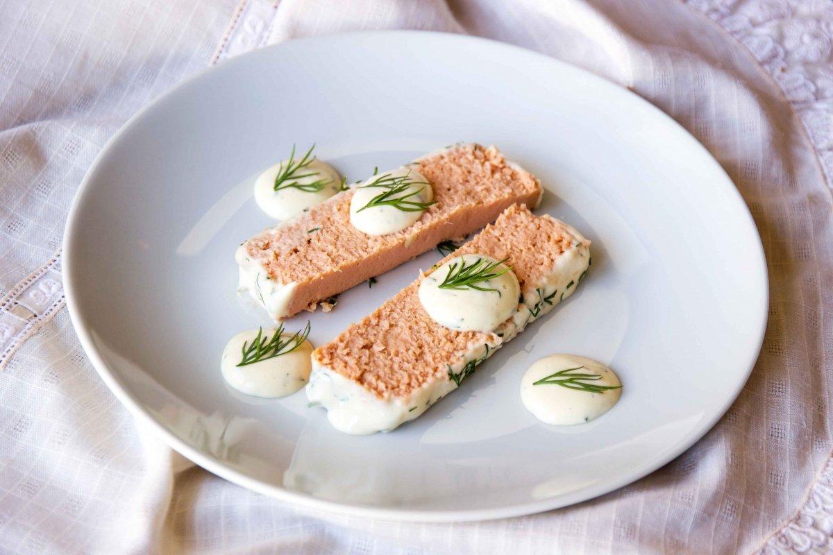 Presentación final del pastel de salmón