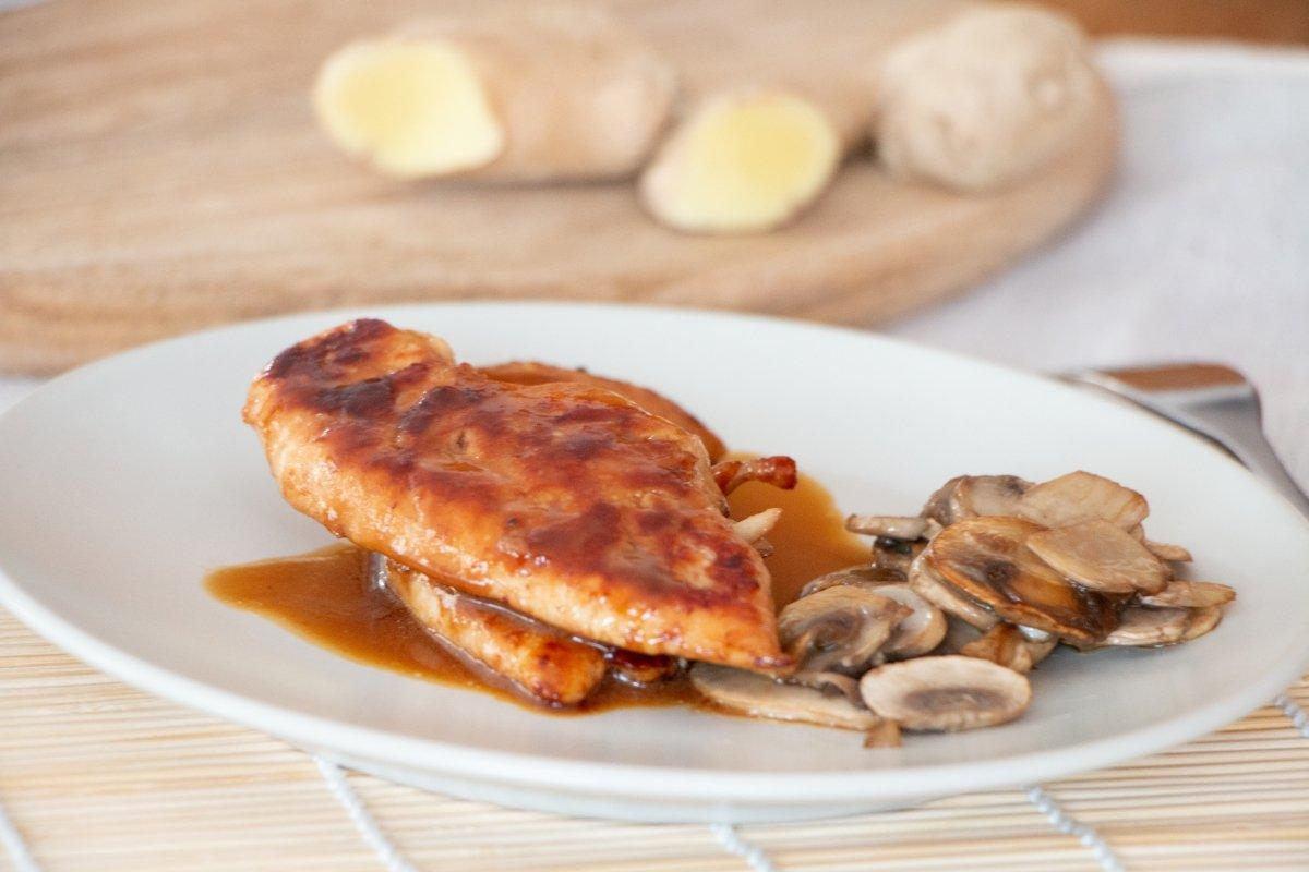 Presentación final del pollo al jengibre