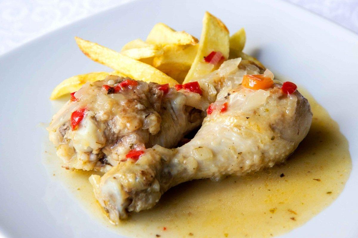 Presentación final del pollo en salsa