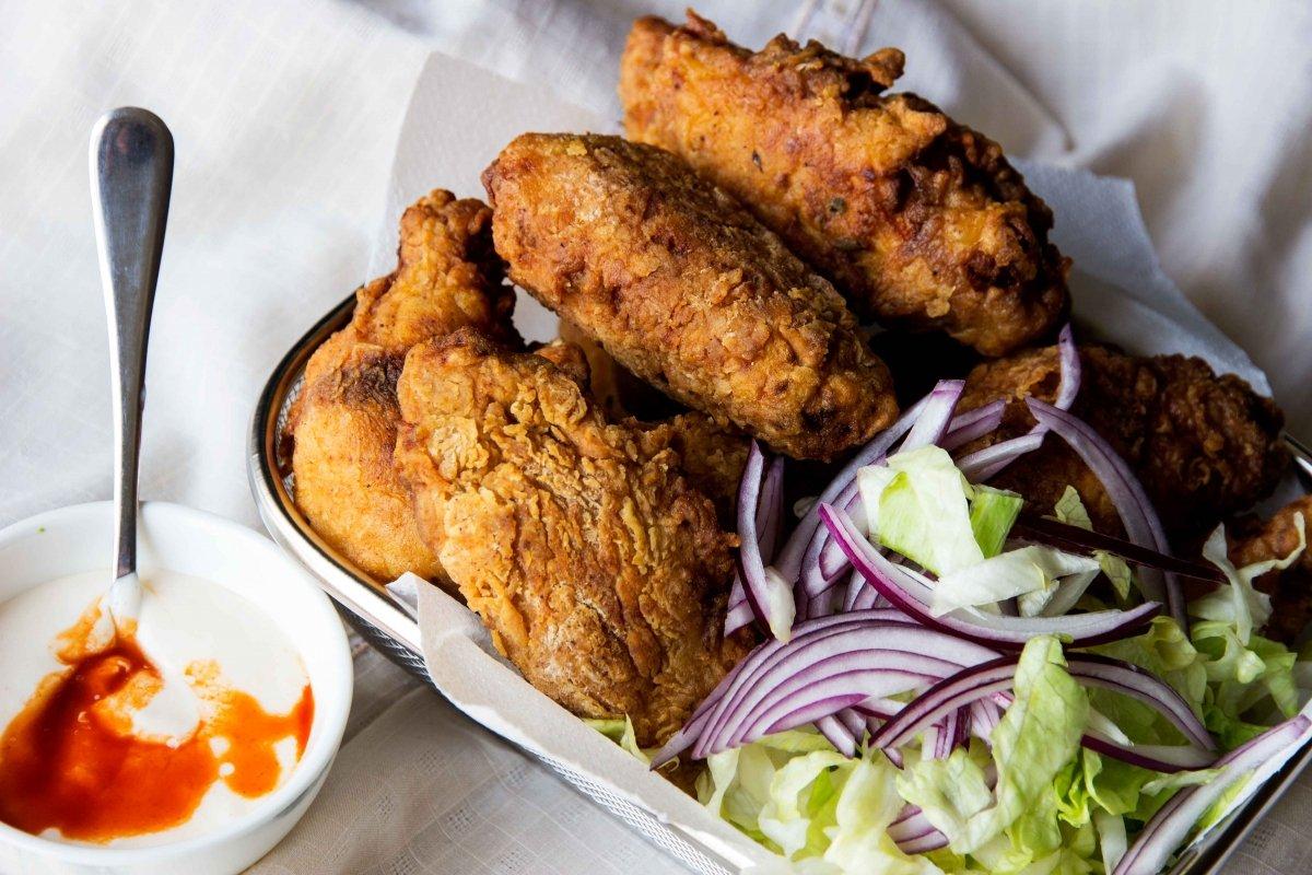 Presentación final del pollo frito estilo cajún