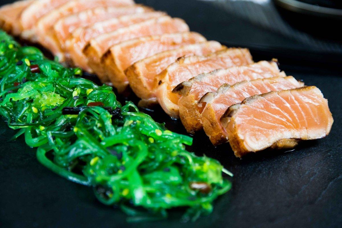 Presentación final del tataki de salmón