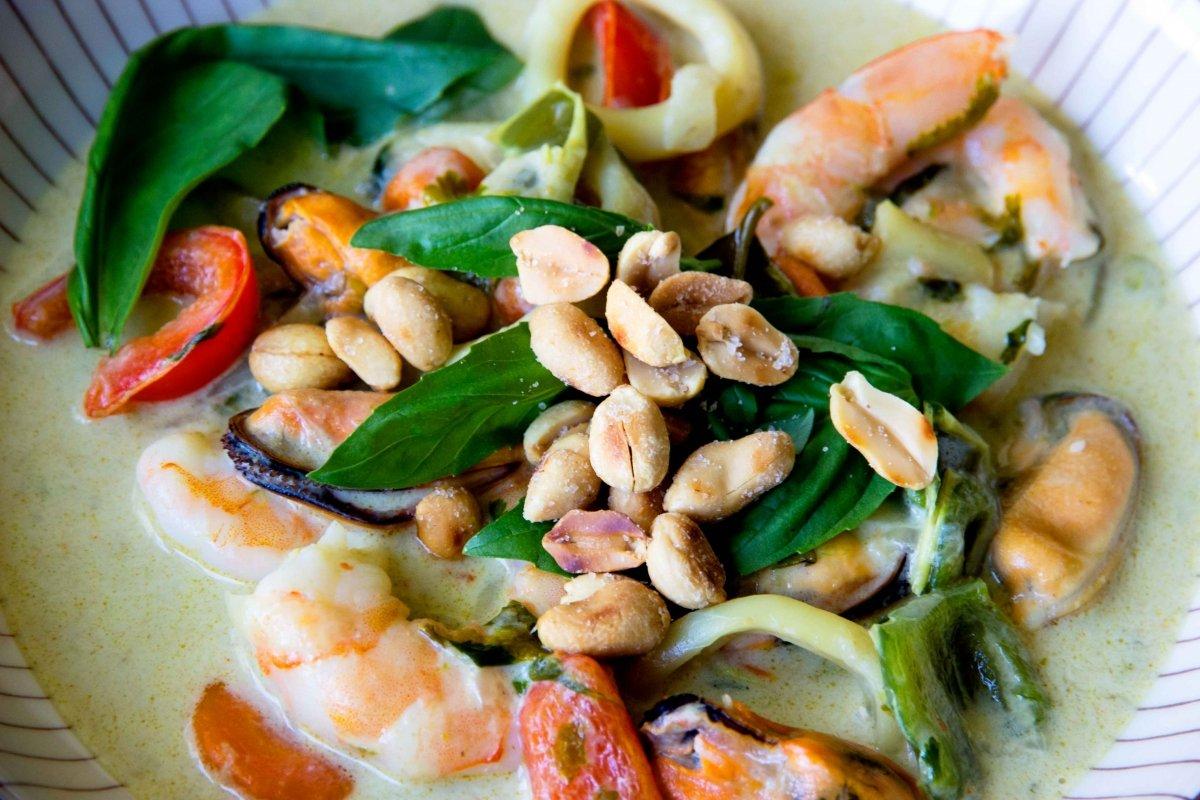 Presentación final detalle del curry verde de verduras y frutos del mar