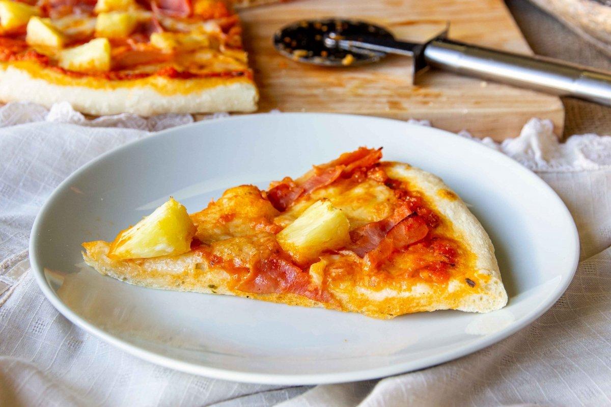 Presentación porción pizza hawaiana