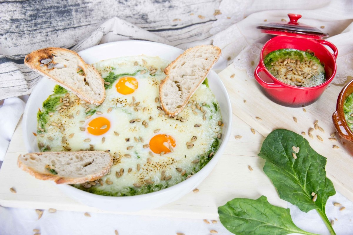 Huevos escalfados con crema de espinacas