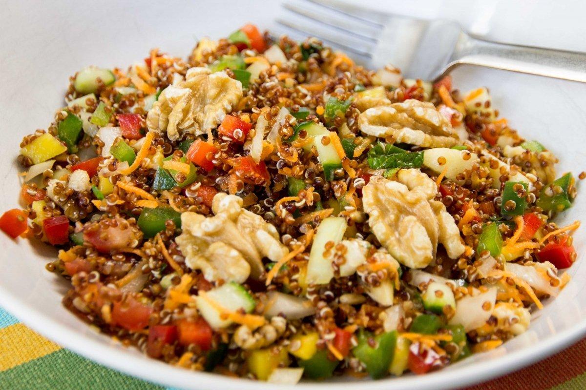 Presentación principal de la ensalada fresca de quinoa
